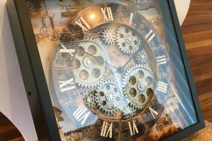 歯車が見える時計